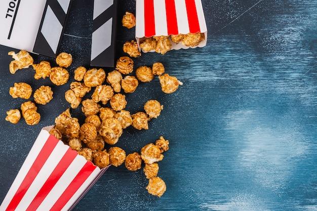 Popcorn karmelowy i drewniany klakier