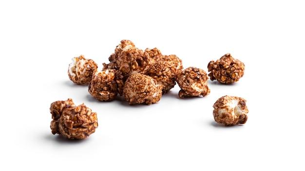 Popcorn karmelowy na białym tle.