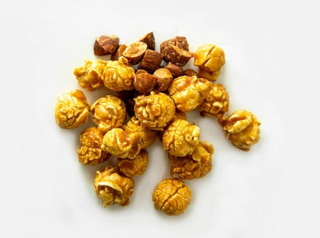 Popcorn migdałowo-orzechowy na izolowanej powierzchni (w tym ścieżka)