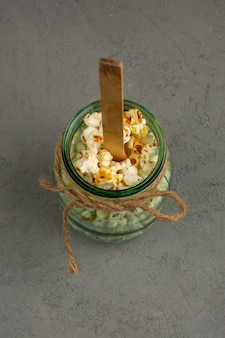 Popcorn może mieć widok z góry na szarym biurku