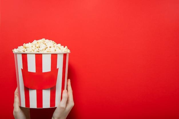 Popcorn na czerwonej ścianie. miejsce na tekst