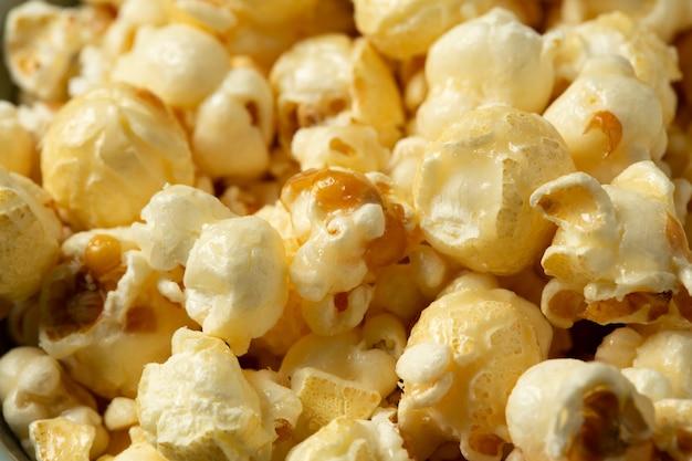 Popcorn na drewnianym stole.
