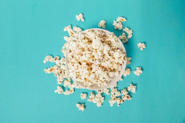 Popcorn na kolorowym tle