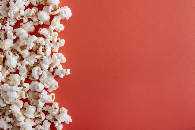 Popcorn na pomarańczowym tle
