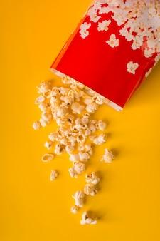 Popcorn na żółtym tle