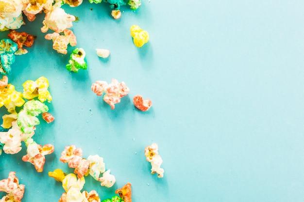 Popcorn rozlane na niebieskim tle