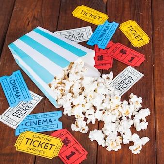 Popcorn rozlany na kolorowych biletach