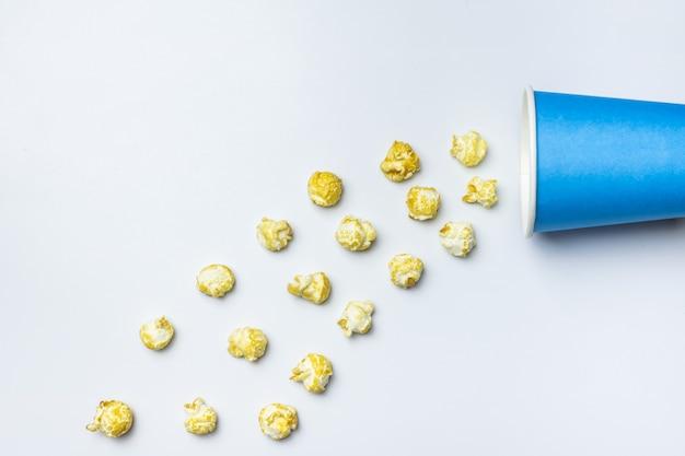 Popcorn słodki koncepcja, kopia przestrzeń. pojedyncze białe tło