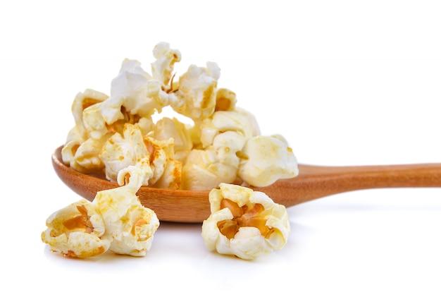 Popcorn w drewnianej łyżce odizolowywającej