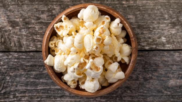Popcorn w drewnianej misce
