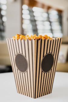 Popcorn w kartonowym pudełku w paski