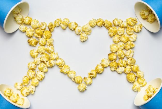 Popcorn w kształcie serca koncepcja, kopia przestrzeń. pojedyncze białe tło
