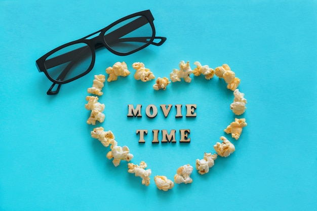 Popcorn w kształcie serca, okulary 3d, tekst