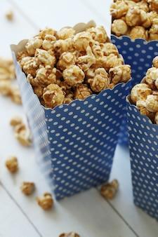 Popcorn w papierowym opakowaniu