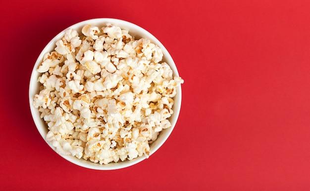 Popcorn w szklanej filiżance na czerwono