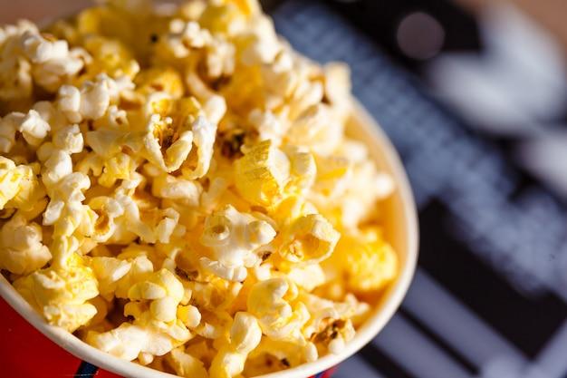 Popcorn w wiaderku w paski