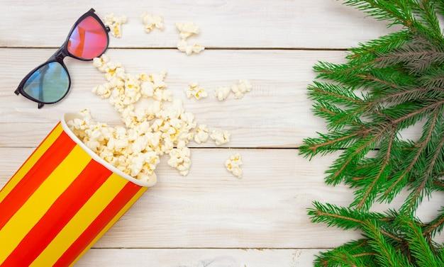 Popcorn wylewa się ze szklanek do kina i na choinkę