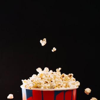 Popcorn wypadnięciem wiadro