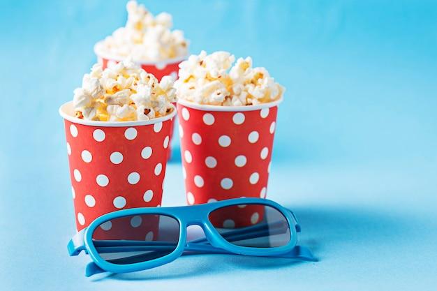 Popcorn z 3d szkłami na błękitnym tle