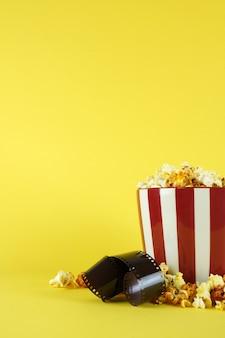 Popcorns w wiadrze na sesję filmową