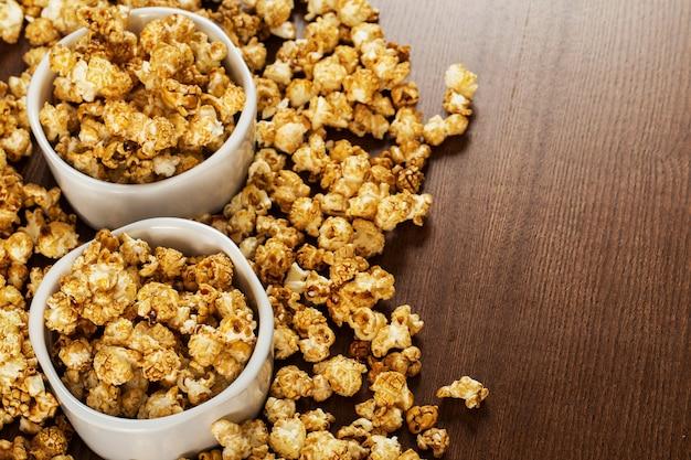Popcorny karmelowe na białych miskach