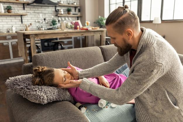 Popełnienie samobójstwa. ojciec widzi swoją córkę śpiącą po próbie popełnienia samobójstwa po zażyciu zbyt wielu tabletek pill