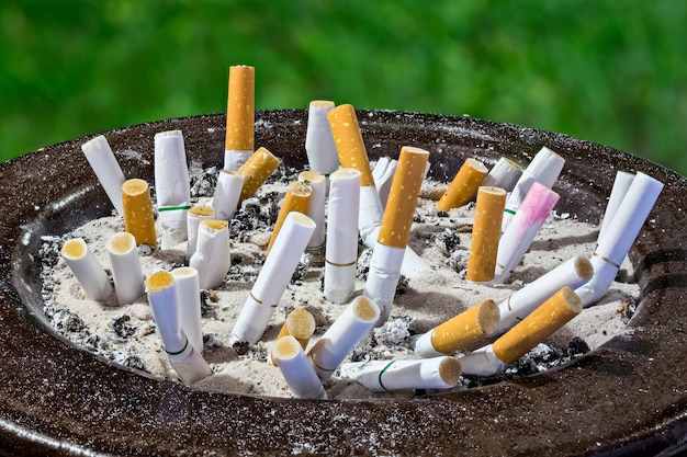 Popielniczka z papierosami w popielniczce