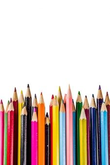 Popiera szkoły pojęcia koloru ołówki odizolowywający na białym tle