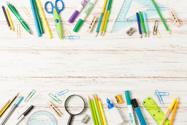 Popiera szkoły rama na drewnianym tle