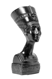 Popiersie egipskiej królowej nefretete na białym tle