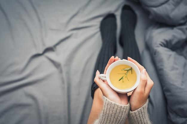 Popijając herbatę ziołową w zimny dzień