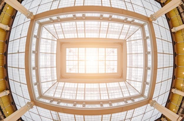 Poplamiony starożytny dach i światło z niego