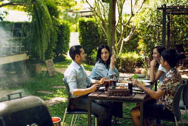 Popołudniowa impreza, grill i pieczona wieprzowina rozmawiają szczęśliwie.
