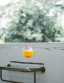 Popołudniowy sok pomarańczowy w kawiarni.