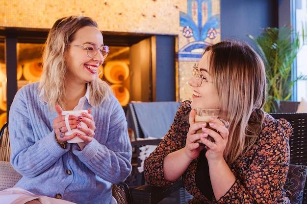 Popołudniowy widok dziewczyny ma popołudniową kawę przy francuską restauracją.
