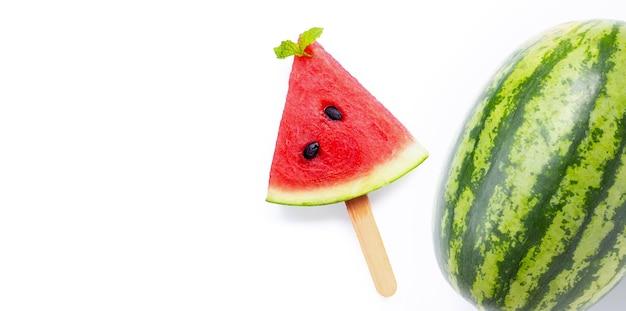 Popsicle plasterek arbuza i owoce arbuza na białej powierzchni