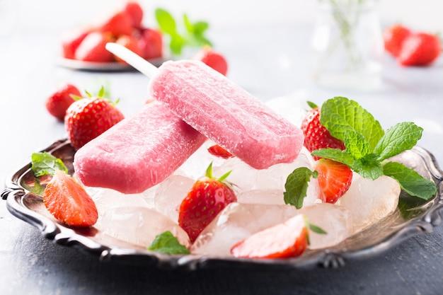 Popsicles domowej roboty truskawki