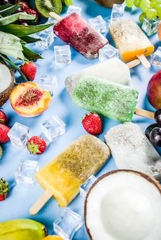 Popsicles lodów tropikalnych z nasionami chia i sokami owocowymi - ananas pomarańczowy mango banan kiwi kiwi winogrona kokosowe brzoskwinia truskawka kopia przestrzeń
