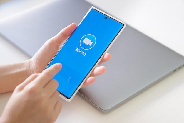 Popularna ikona aplikacji do wideokonferencji zoom na urządzeniu mobilnym