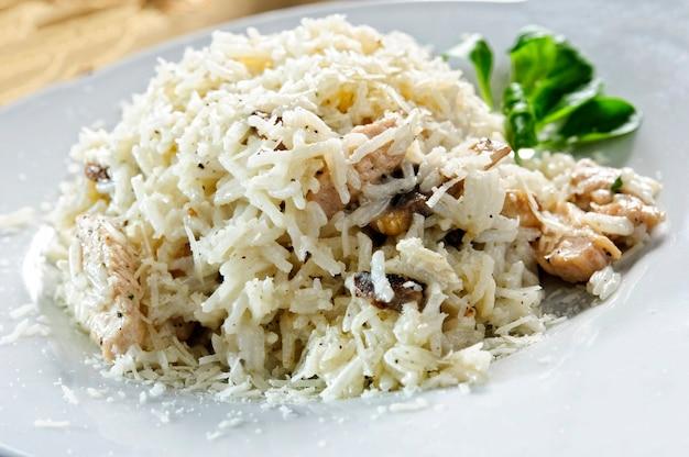 Popularne danie ryżowe ze smażonego ryżu; gotowane w stylu wschodnim z dodatkami.