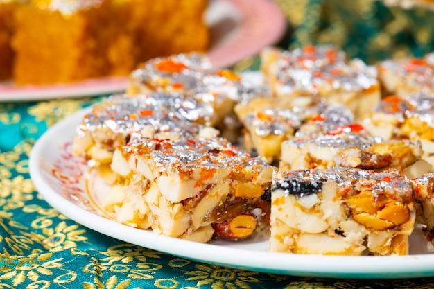 Popularne indyjskie słodkie jedzenie bezcukrowe suszone owoce z mung dal chakki lub chandrakala