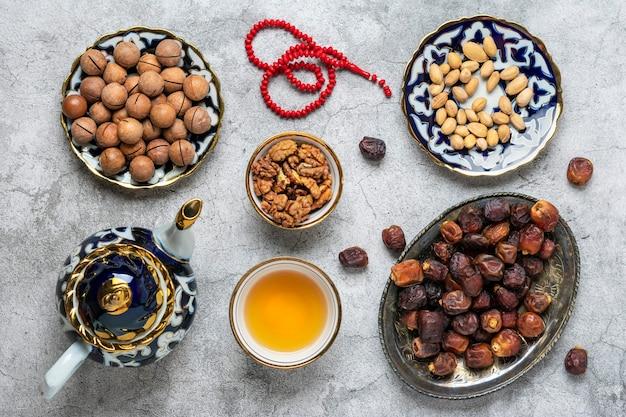 Popularne jedzenie podczas iftar widok z góry płaskie świeckie muzułmańskie święto świętego miesiąca ramadan
