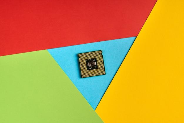 Popularne logo przeglądarki z papieru. wysokie użycie procesora. kolory czerwony, żółty, zielony i niebieski. kolorowe i jasne logo