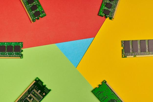 Popularne logo przeglądarki z papieru. wysokie zużycie pamięci. kolory czerwony, żółty, zielony i niebieski. kolorowe i jasne logo