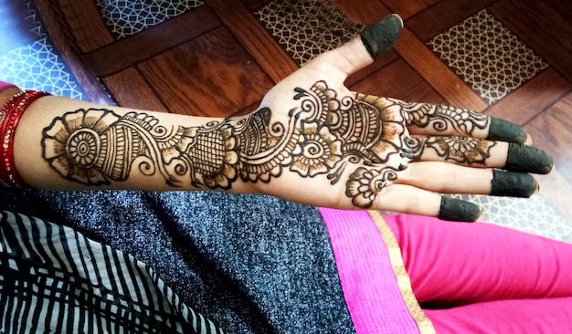 Popularne wzory mehndi na dłonie lub dłonie malowane z tradycjami indyjskimi mehandi