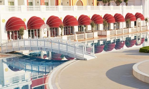 Popularny kurort amara dolce vita luxury hotel. z basenami i parkami wodnymi oraz terenami rekreacyjnymi wzdłuż wybrzeża morskiego w turcji. tekirova-kemer.