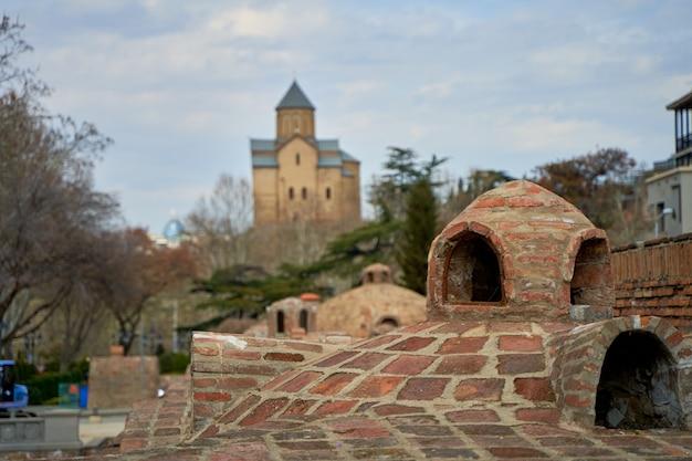 Popularny punkt orientacyjny miasta w tbilisi. starożytny podziemny kompleks łaźni siarkowych.