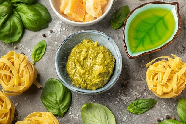 Popularny włoski sos pesto. koncepcja gotowania makaronu, składników i przypraw.