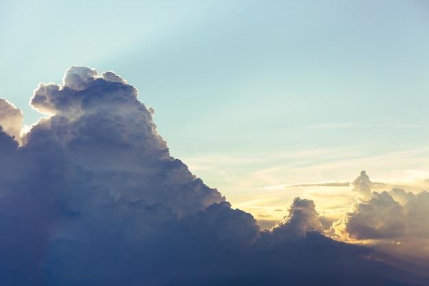 Pora deszczowa z chmurami cumulonimbus o zmierzchu