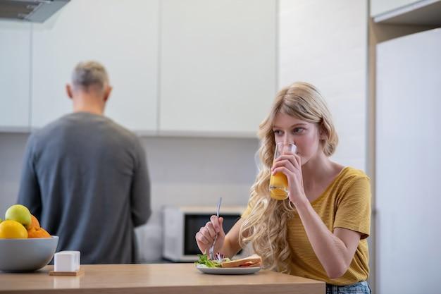 Pora śniadaniowa. tata robi śniadanie dla swojej córki